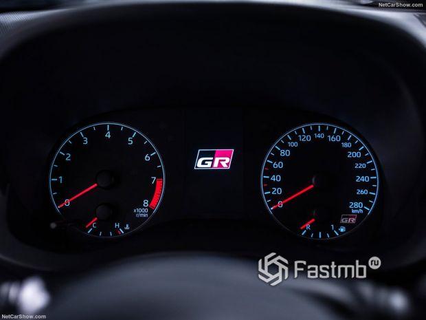 Салон Toyota GR Yaris 2021, панель управления