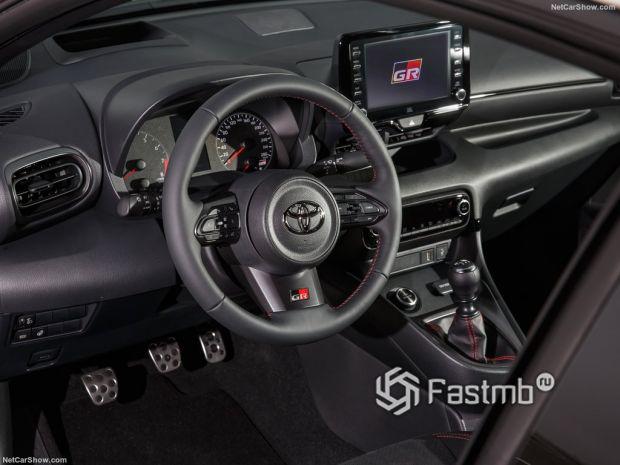 Салон Toyota GR Yaris 2021, руль и панель управления