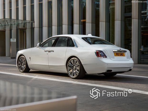 Rolls-Royce Ghost 2021, вид сзади и сбоку слева