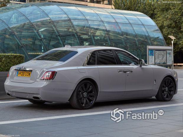 Rolls-Royce Ghost 2021, вид сзади и сбоку справа