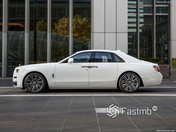 Rolls-Royce Ghost 2021, вид сбоку слева