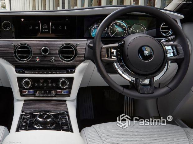 Салон Rolls-Royce Ghost 2021, руль и панель управления