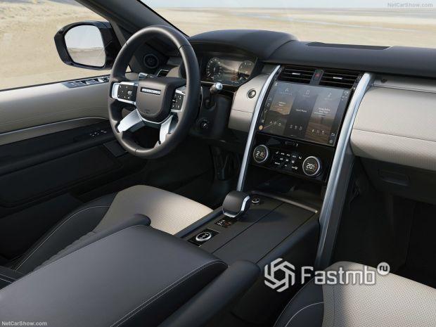 Салон Land Rover Discovery 2021, руль и панель управления