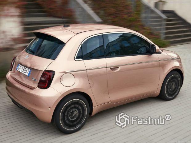 Fiat 500 3+1 2021, вид сзади и сбоку справа