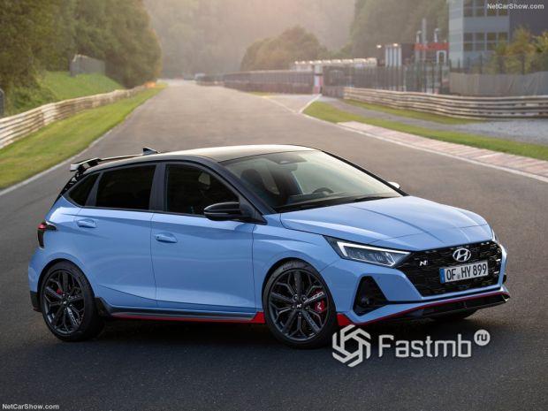 Hyundai i20 N 2021, вид спереди и сбоку справа