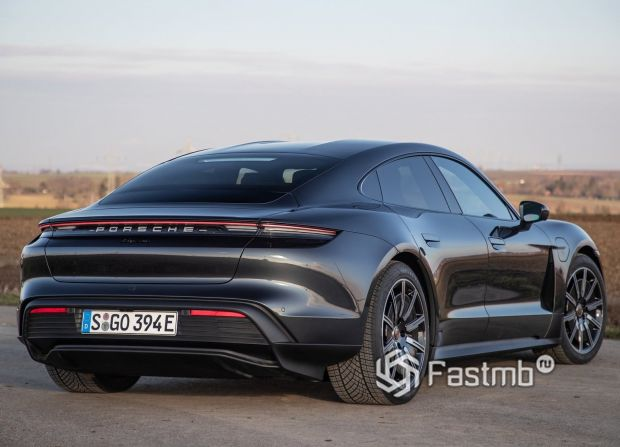 Porsche Taycan 2021, вид сзади