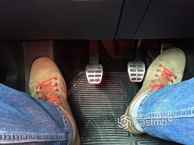 На педали сцепления не должно быть места для ноги