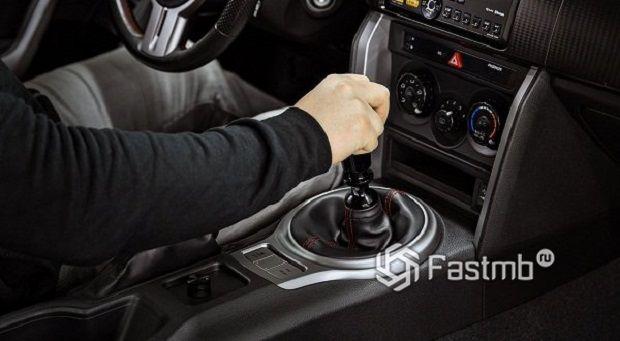 9 главных ошибок вождения на «механике»