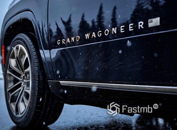 Jeep Grand Wagoneer 2022, шильдик на передней двери