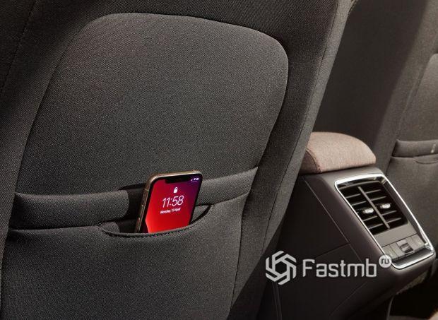 Skoda Enyaq iV 2021, карман для телефона на спинке сиденья