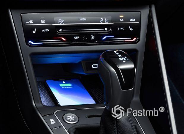 Volkswagen Polo 2022, беспроводная зарядка