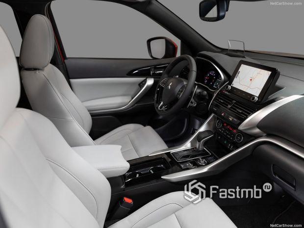 Салон Mitsubishi Eclipse Cross 2022, руль, панель управления и передние сидения