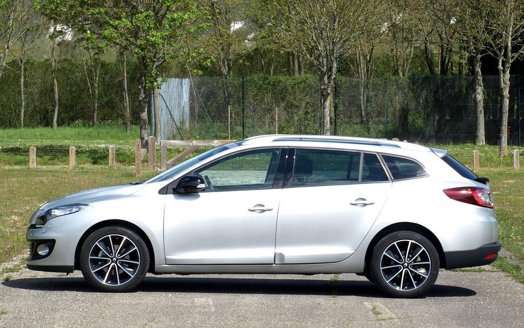 Renault Megane 2012, универсал рестайлинг, вид сбоку
