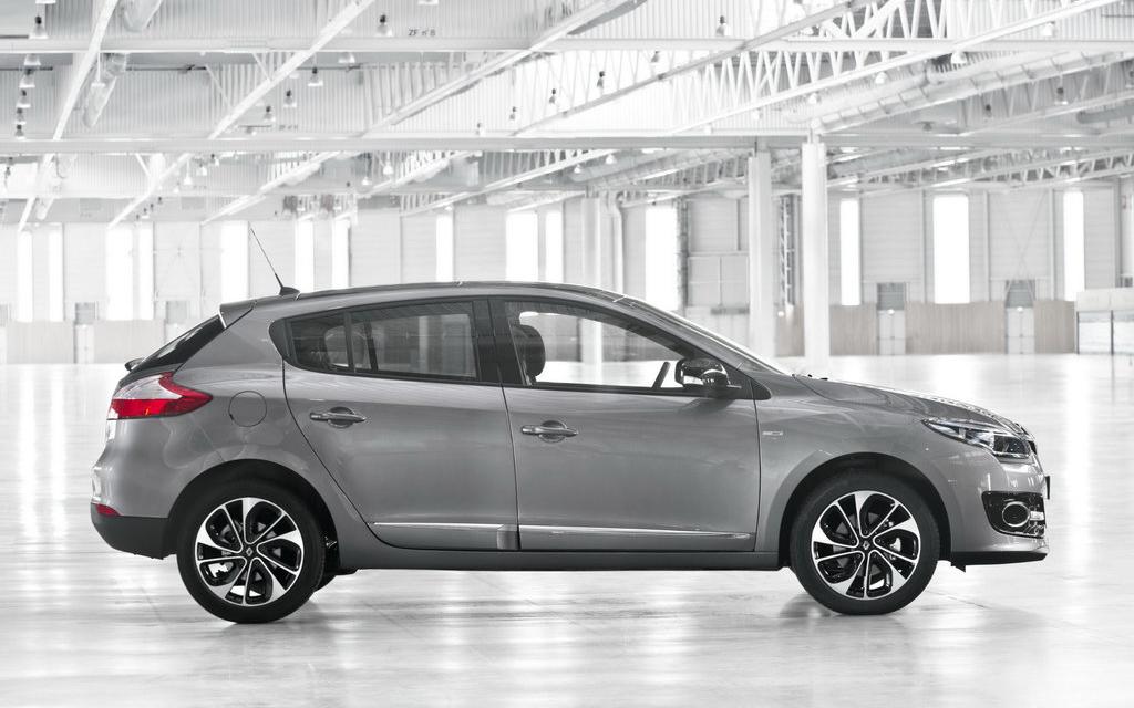 Renault Megane 2014, хэтчбек 2-ой рестайлинг 5 дв, вид сбоку