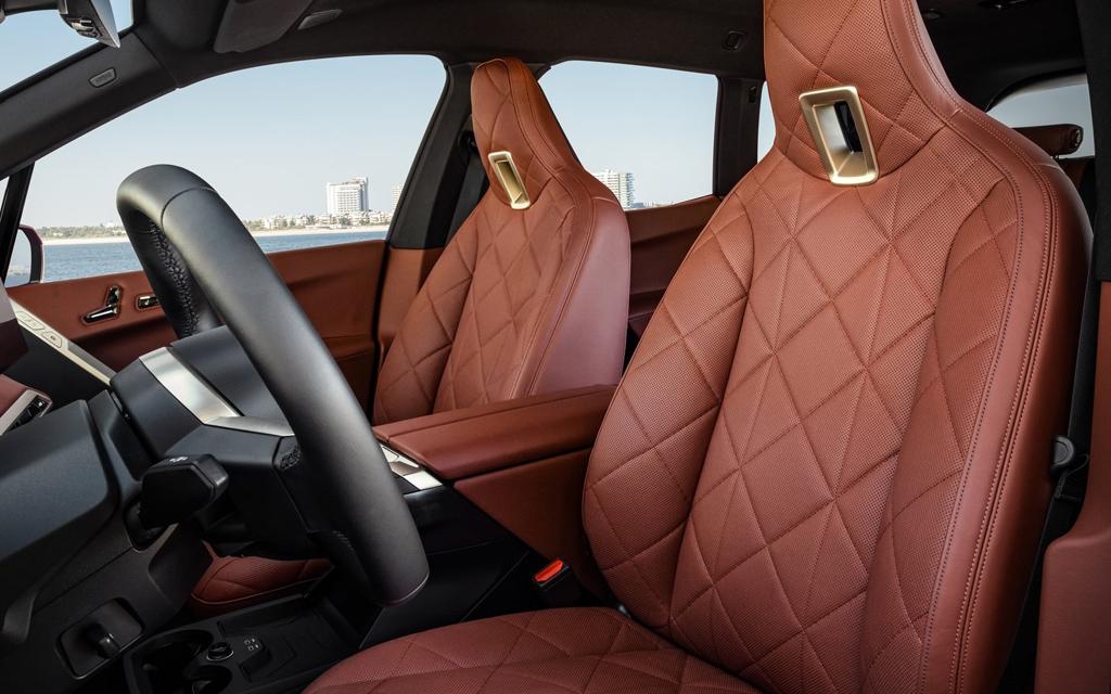 BMW iX 2022, передние сиденья