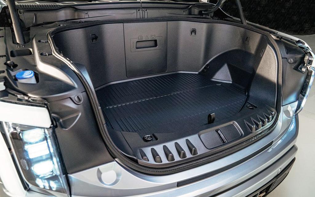 Ford F-150 Lightning 2021, багажник в передней части пикапа