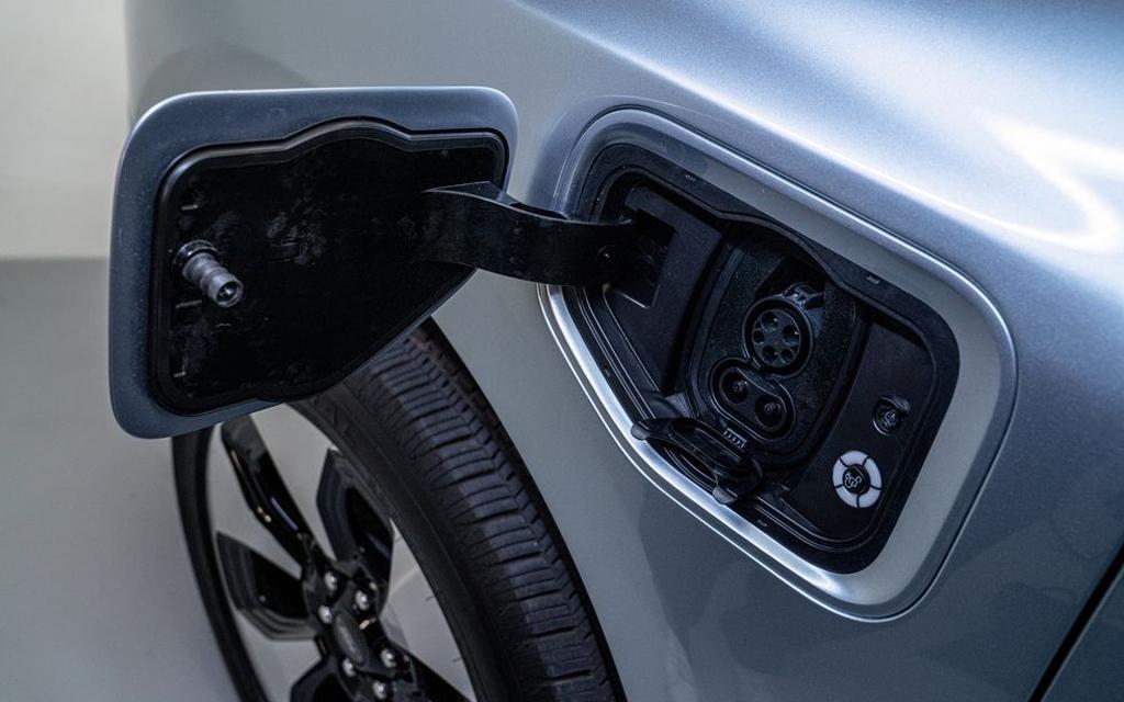 Ford F-150 Lightning 2021, гнездо зарядки электрокара