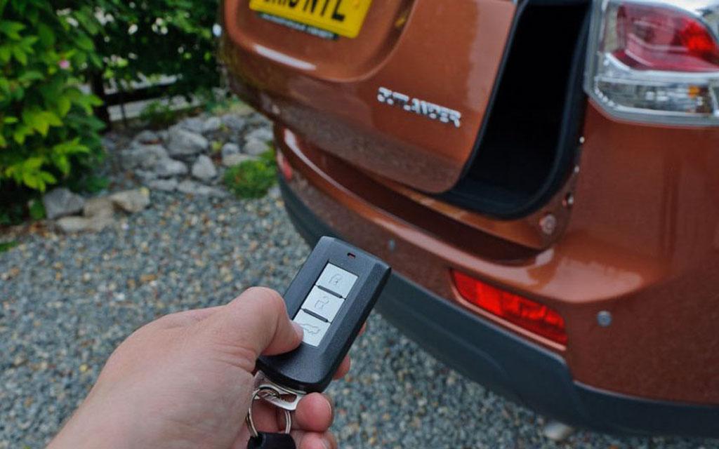 Открытие багажника автомобиля с брелка