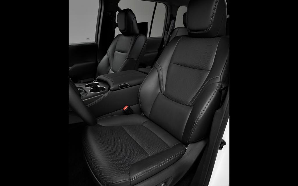 Toyota Land Cruiser 2021, передние сиденья