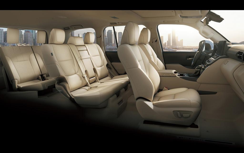 Toyota Land Cruiser 2021, салон на три ряда сидений