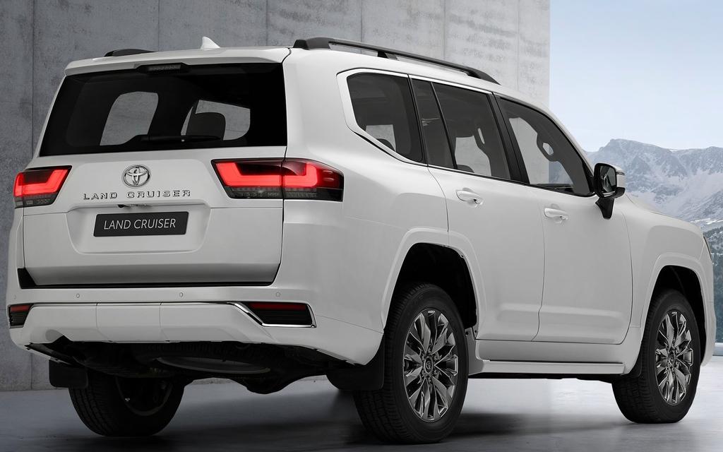 Toyota Land Cruiser 2021, вид сзади
