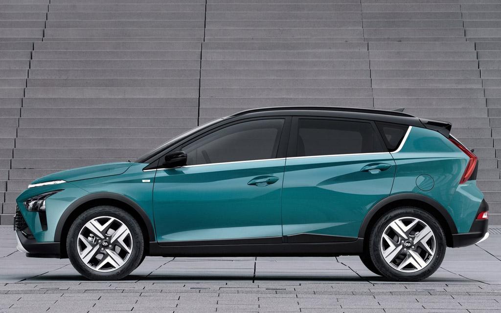 Hyundai Bayon 2022, стойки черного цвета