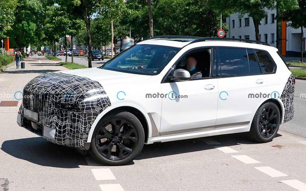 Обновленный BMW X7 2022 в камуфляже, вид сбоку