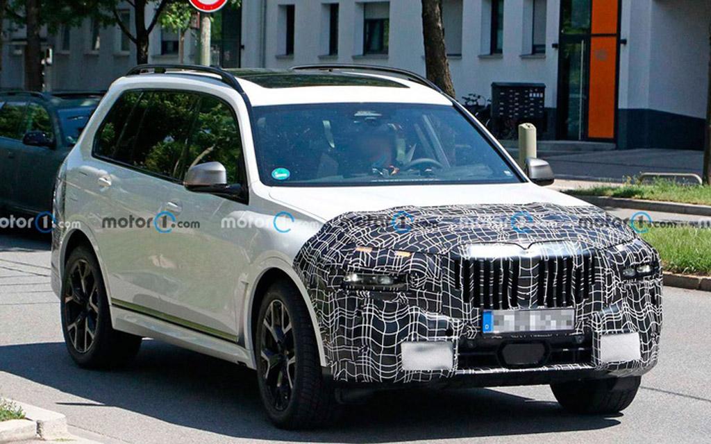 Обновленный BMW X7 2022 в камуфляже, вид спереди