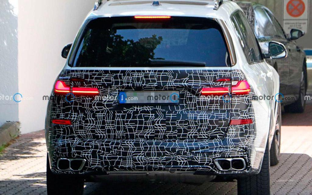 Обновленный BMW X7 2022 в камуфляже, вид сзади