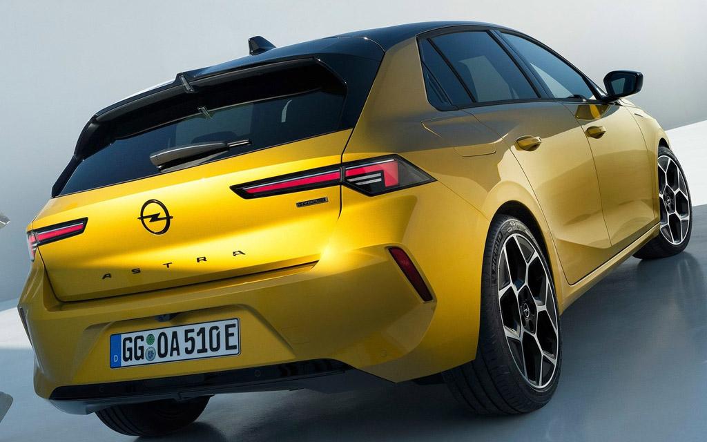 Opel Astra 2022, вид сзади
