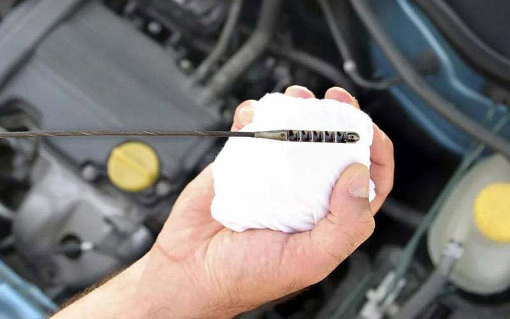 Проверка уровня масла в двигателе автомобиля