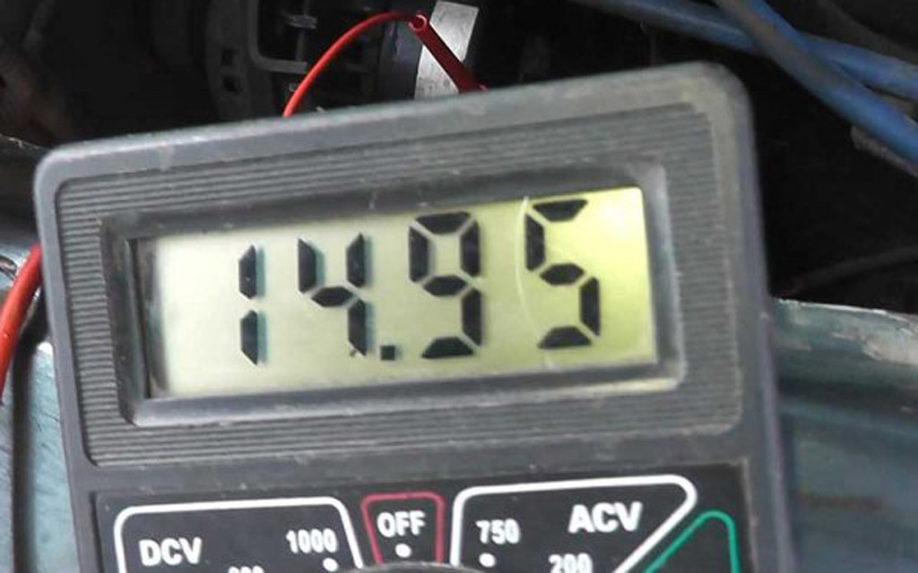 Замер напряжения аккумулятора