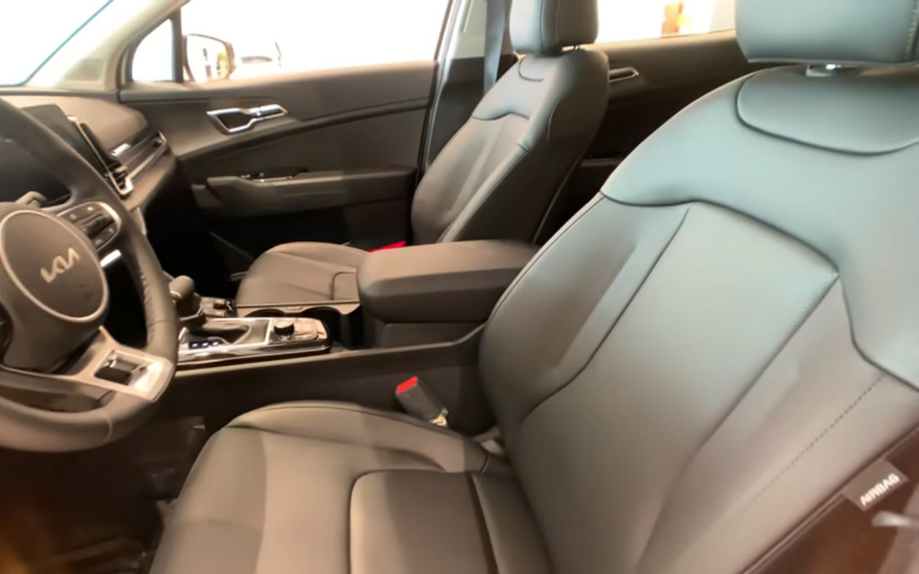 Kia Sportage 2022, передние сиденья
