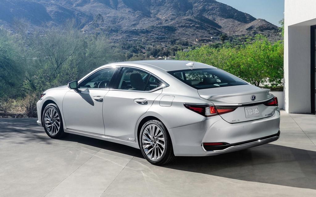 Lexus ES 2021, вид сзади