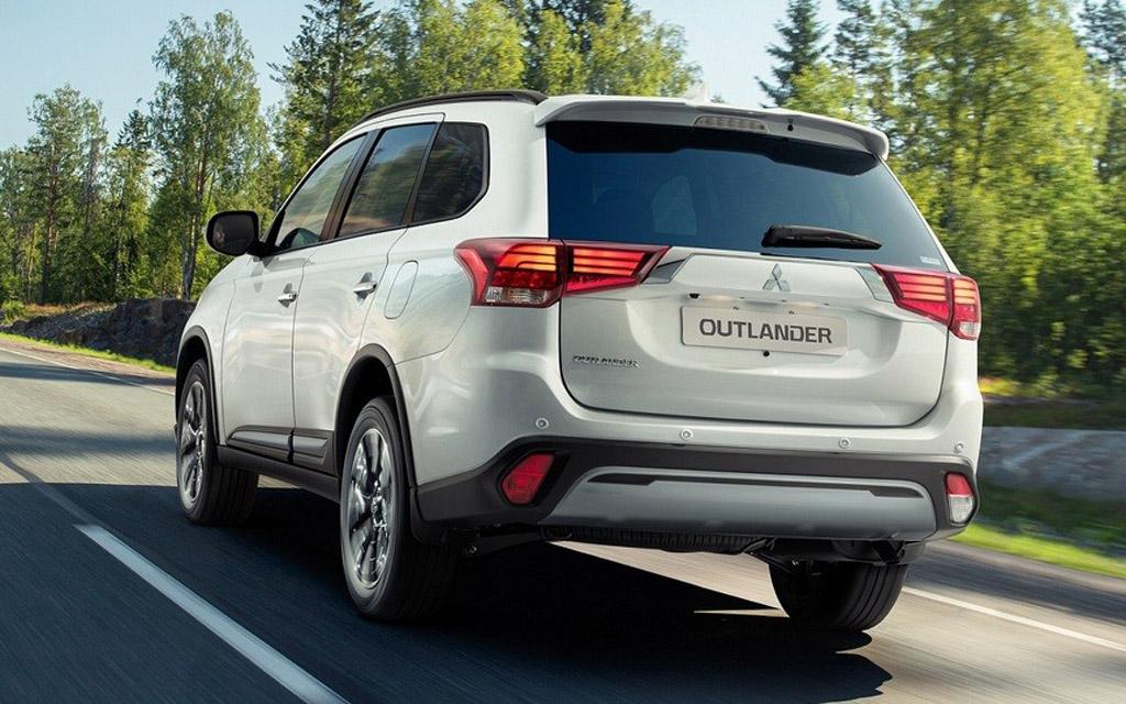 Mitsubishi Outlander 2021 в России, вид сзади