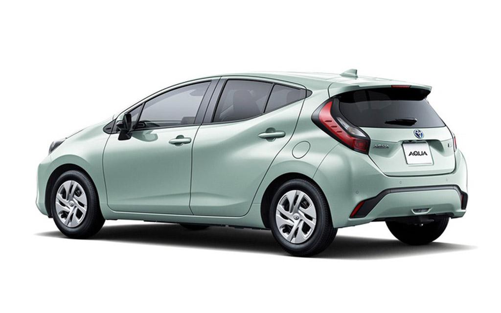 Новая Toyota Aqua 2022, вид сзади