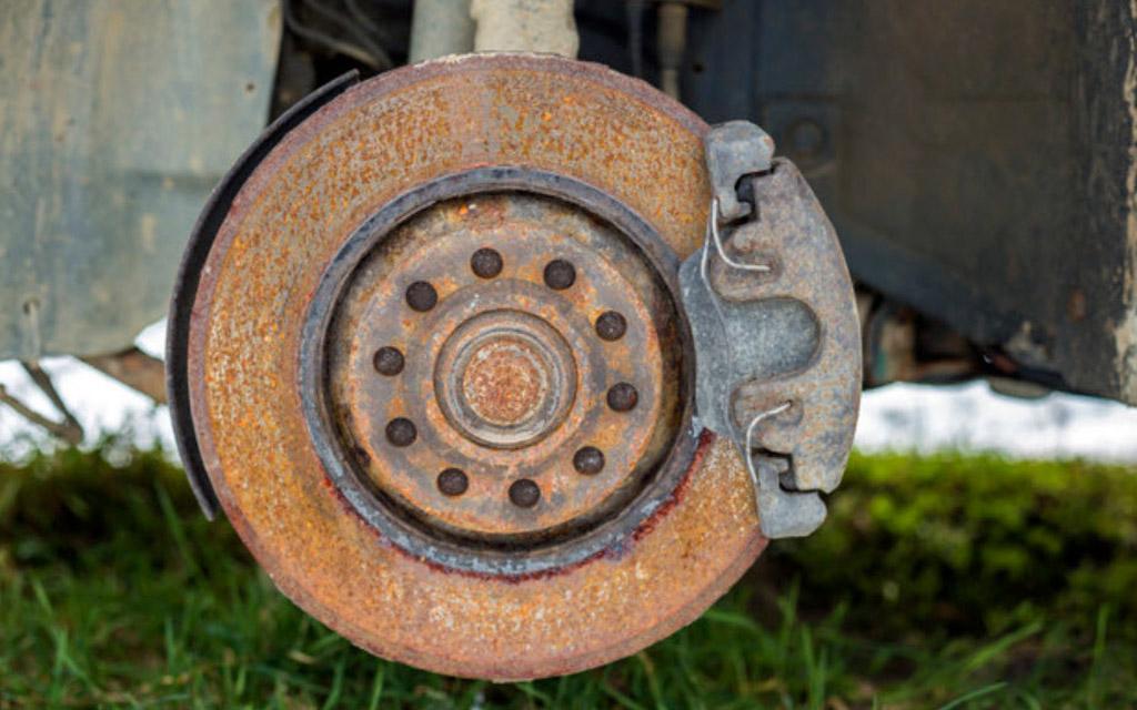 Ржавый тормозной диск автомобиля
