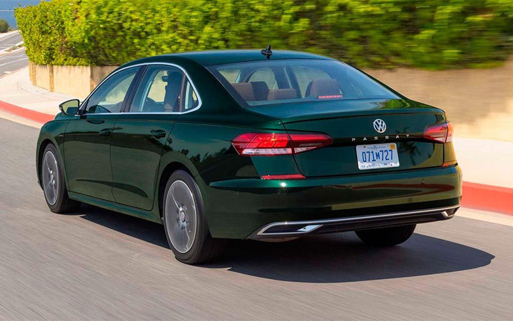 Volkswagen Passat 2022, вид сзади