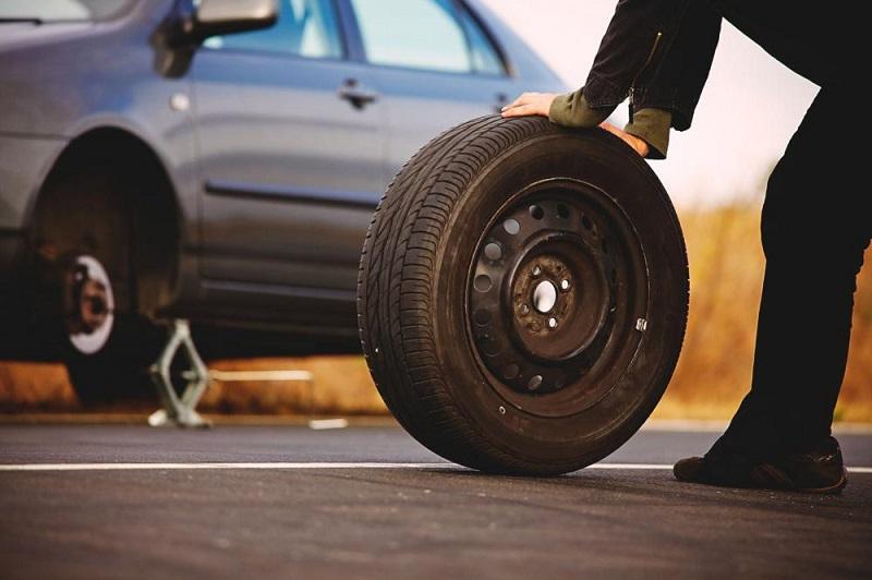 Как без лишних проблем заменить колесо автомобиля своими руками