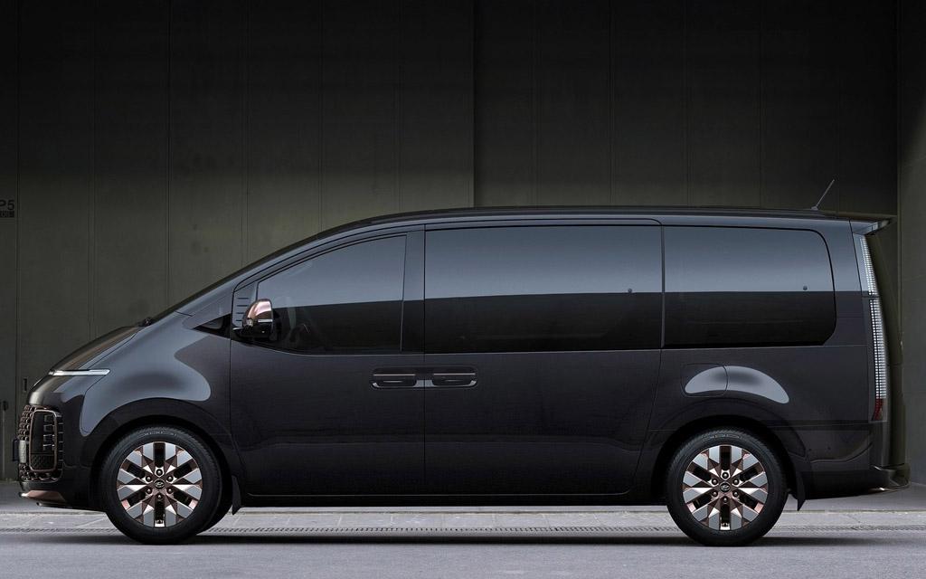 Hyundai Staria 2021, вид сбоку