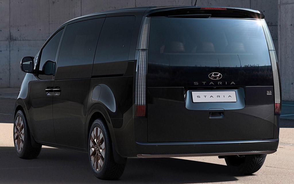 Hyundai Staria 2021, вид сзади