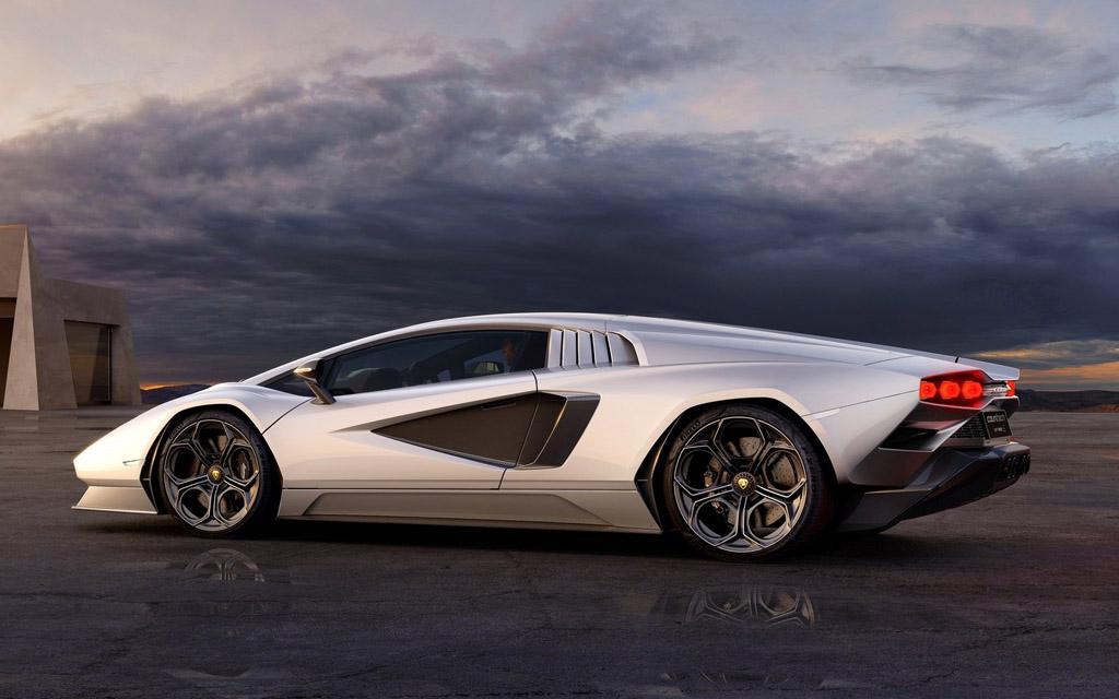 Lamborghini Countach LPI 800 2022, вид сбоку