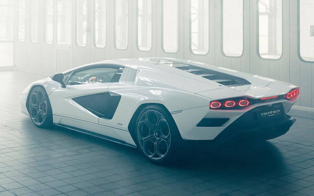 Lamborghini Countach LPI 800 2022, вид сзади