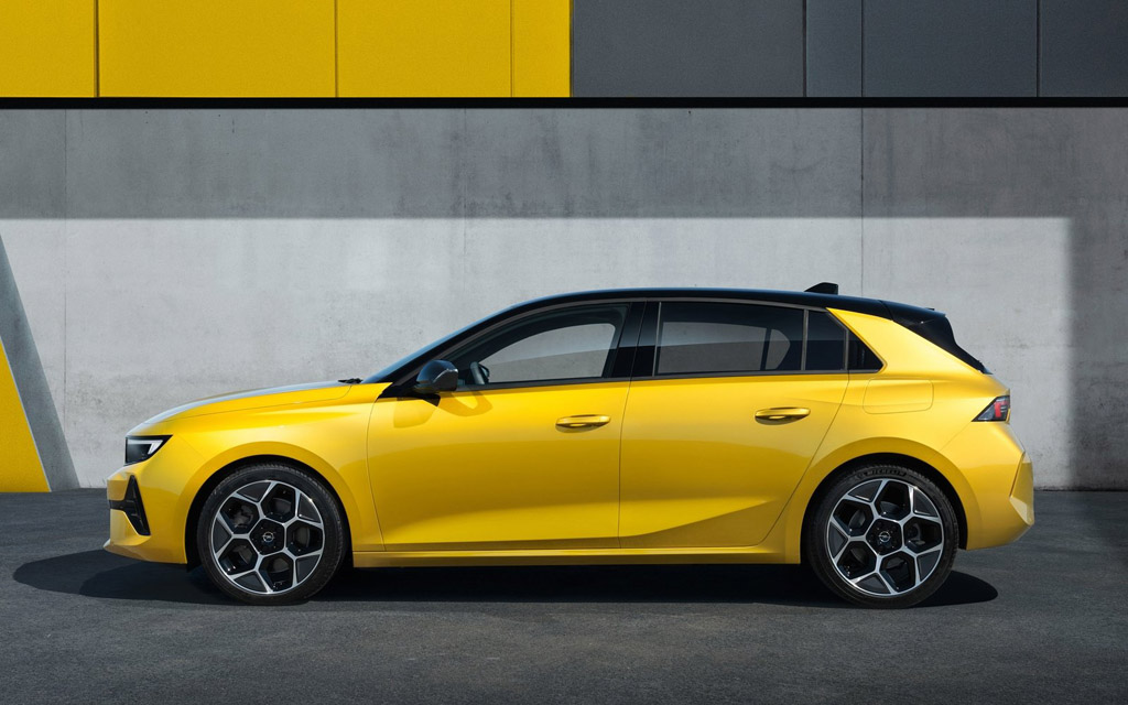 Opel Astra 2022, вид сбоку