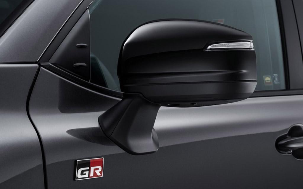 Toyota LC300 2021, шильдик GR Sport