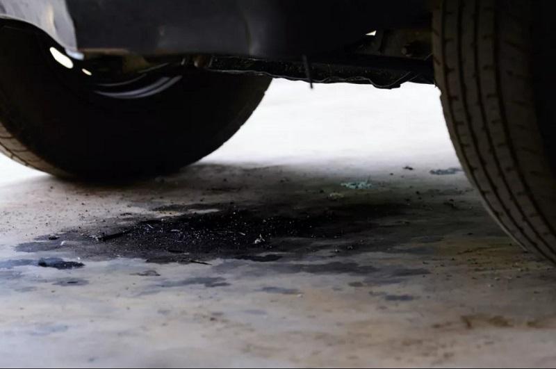 Вытекло моторное масло