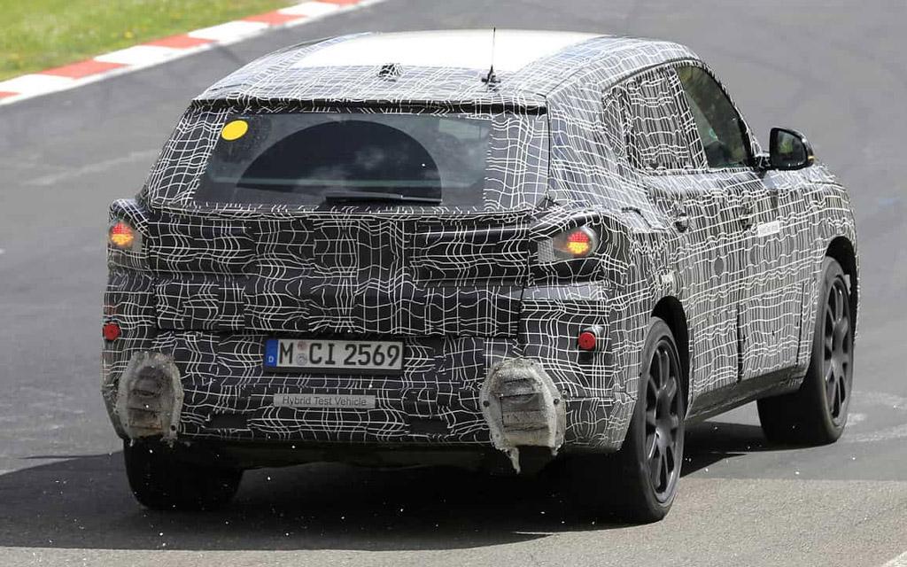 BMW X8 в камуфляже, вид сзади