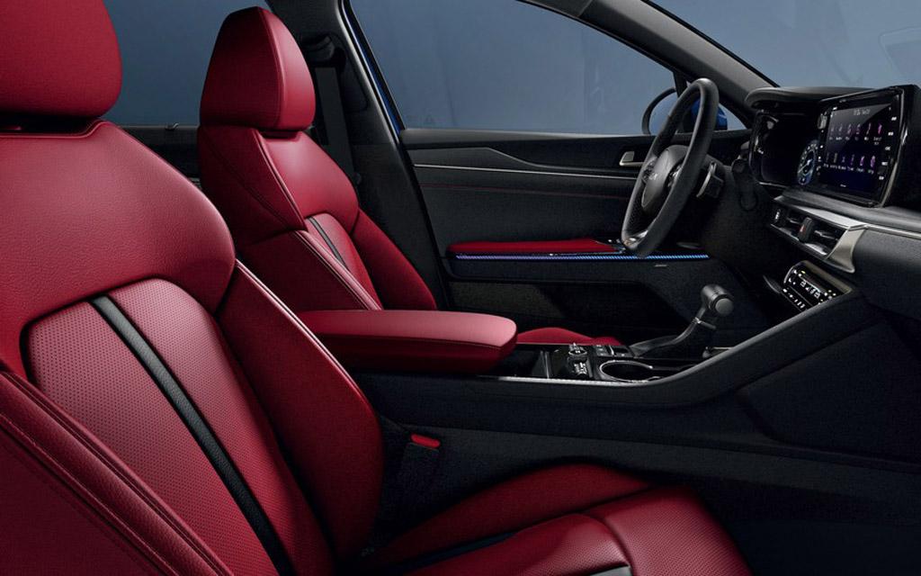 Новый Kia K5 GT Line Red 2022, передние сиденья