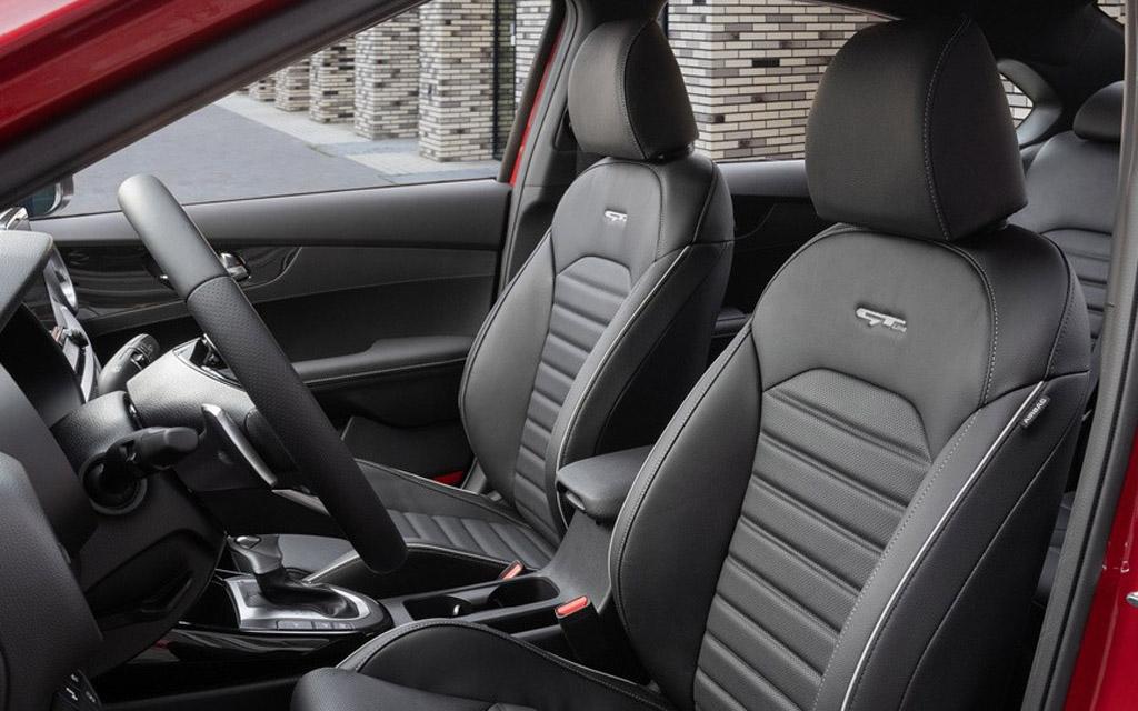 Обновленный Kia Cerato 2022, передние сиденья